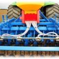 PS  M1 крепление разбрасывающих пластин на сеяпроводах в поле,  мелкосемянная сеялка APV, сеялка для подсева трав объём бункера 1600 л